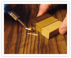 kratzer im parkett reparieren. Black Bedroom Furniture Sets. Home Design Ideas